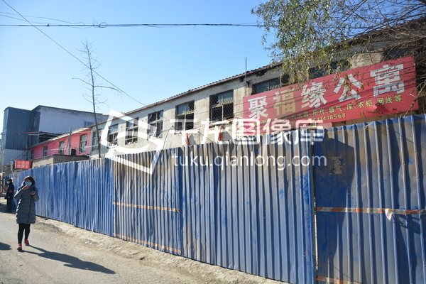 Jufuyuan Gongyu hotel, Xinjian Cun, Daxing Qu, Beijing, China fire, killed 17 people. 2017 Nov 19. Prompted Beijing to expel migrant workers. Outside is boarded up. tuku.qianlong
