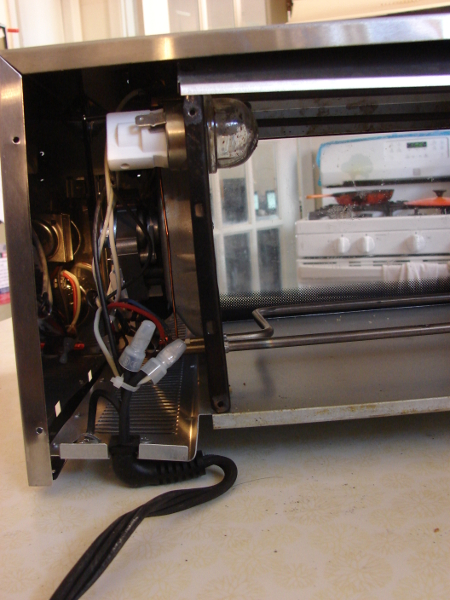 Delonghi Convection Oven EO1270, rear cover removed, electronics on the left side. Photo by Don Tai