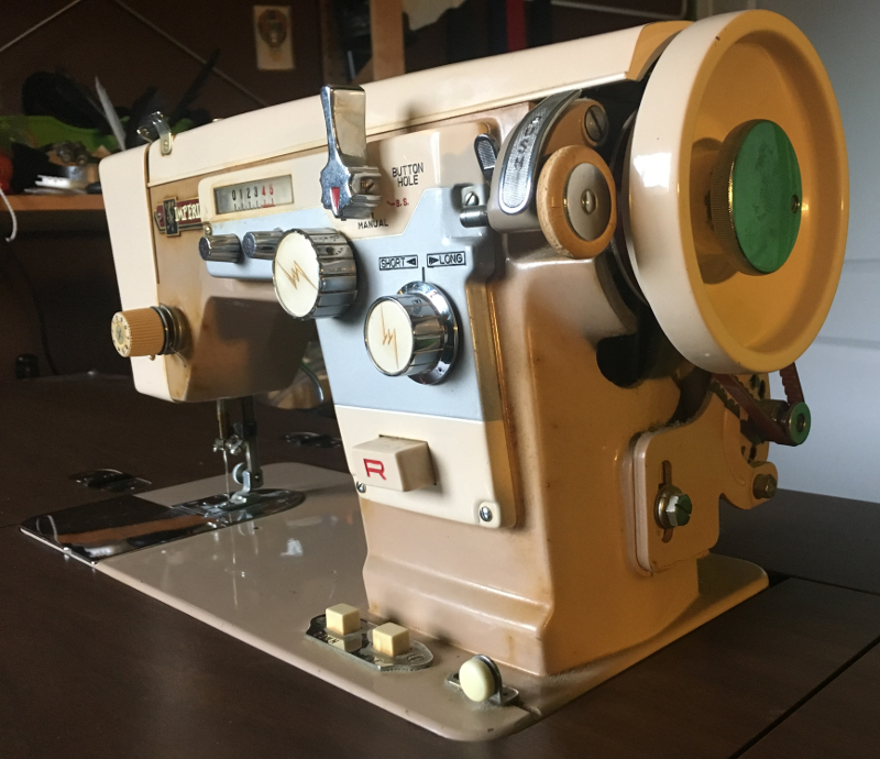 Imperial Sewing machine Model 171, front view. Photo 2 by ArnaudM